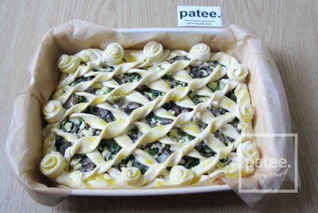 Пирог с опятами, зелёным луком и яйцом