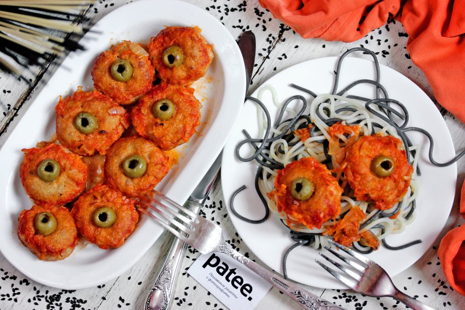 Куриные шарики в красном соусе Глаза на Хэллоуин