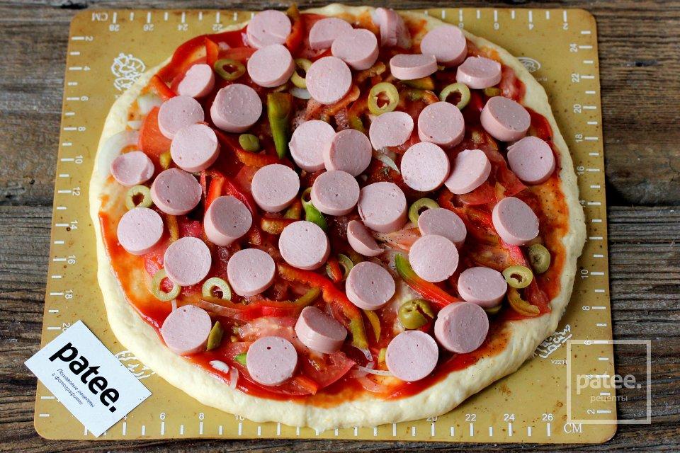 Пицца с сосисками и оливками