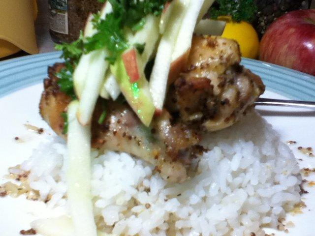 Пикантные крылышки с рисом и яблоком