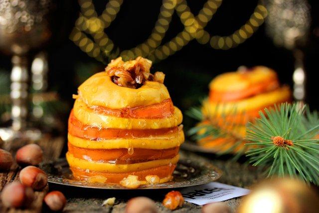 Десерт из яблок и хурмы, запечённых с мёдом и орехами