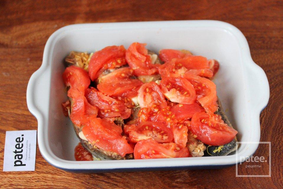 Толстолобик, запечённый с помидорами и чесноком