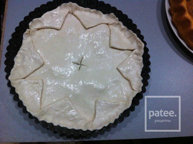 Пирог с сыром и зеленью из слоенного теста.