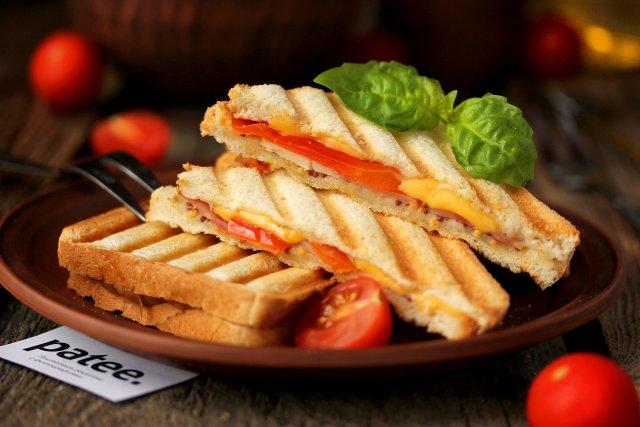 Сэндвич с куриной ветчиной, сладким перцем и горчицей