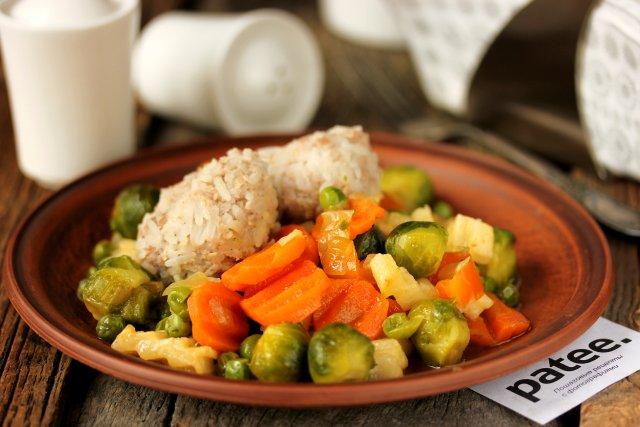 Диетические тефтели на пару с овощами
