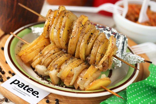 Картофельные кебабы с салом и луком