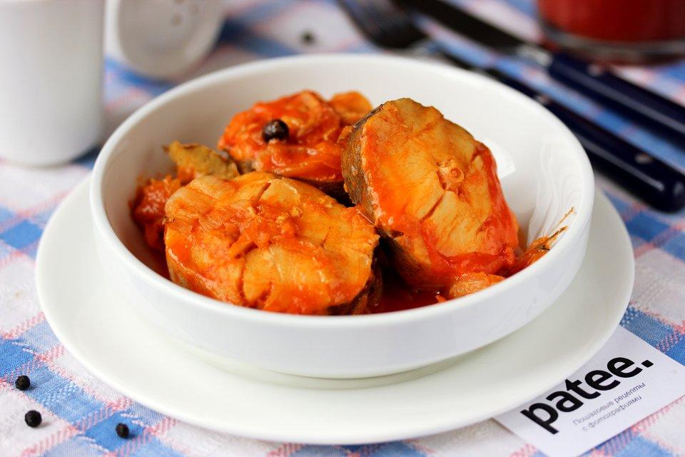Хек в томатном соусе с овощами