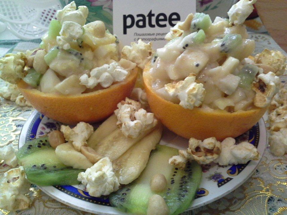 Фруктовый салат с йогуртом, попкорном и арахисом