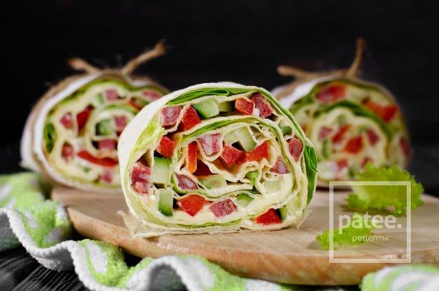 Рулет из лаваша с овощами, сыром и колбасой