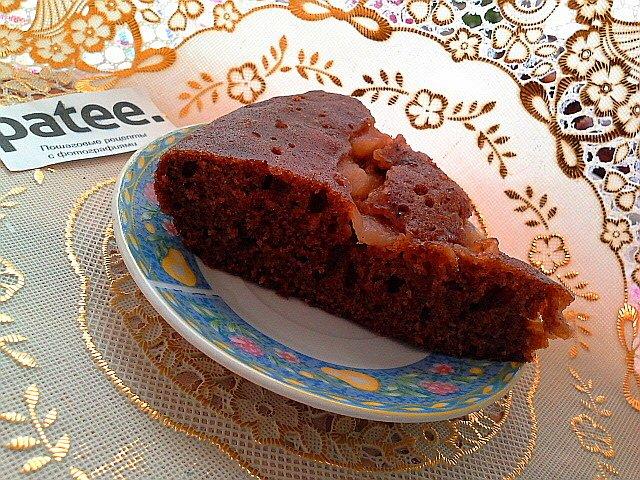 Шоколадный кекс с клубничным йогуртом и яблоками