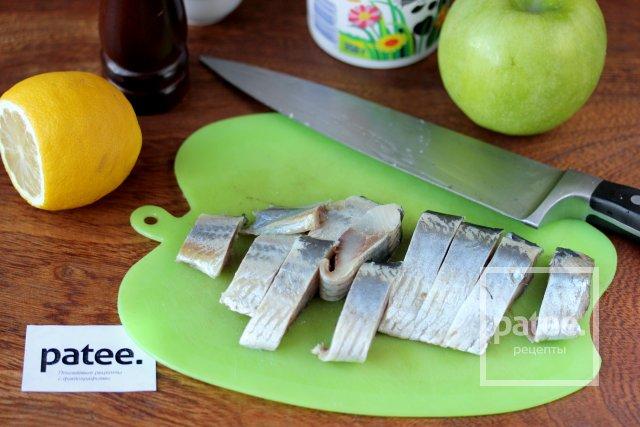 Сельдь под сметанно-яблочным соусом