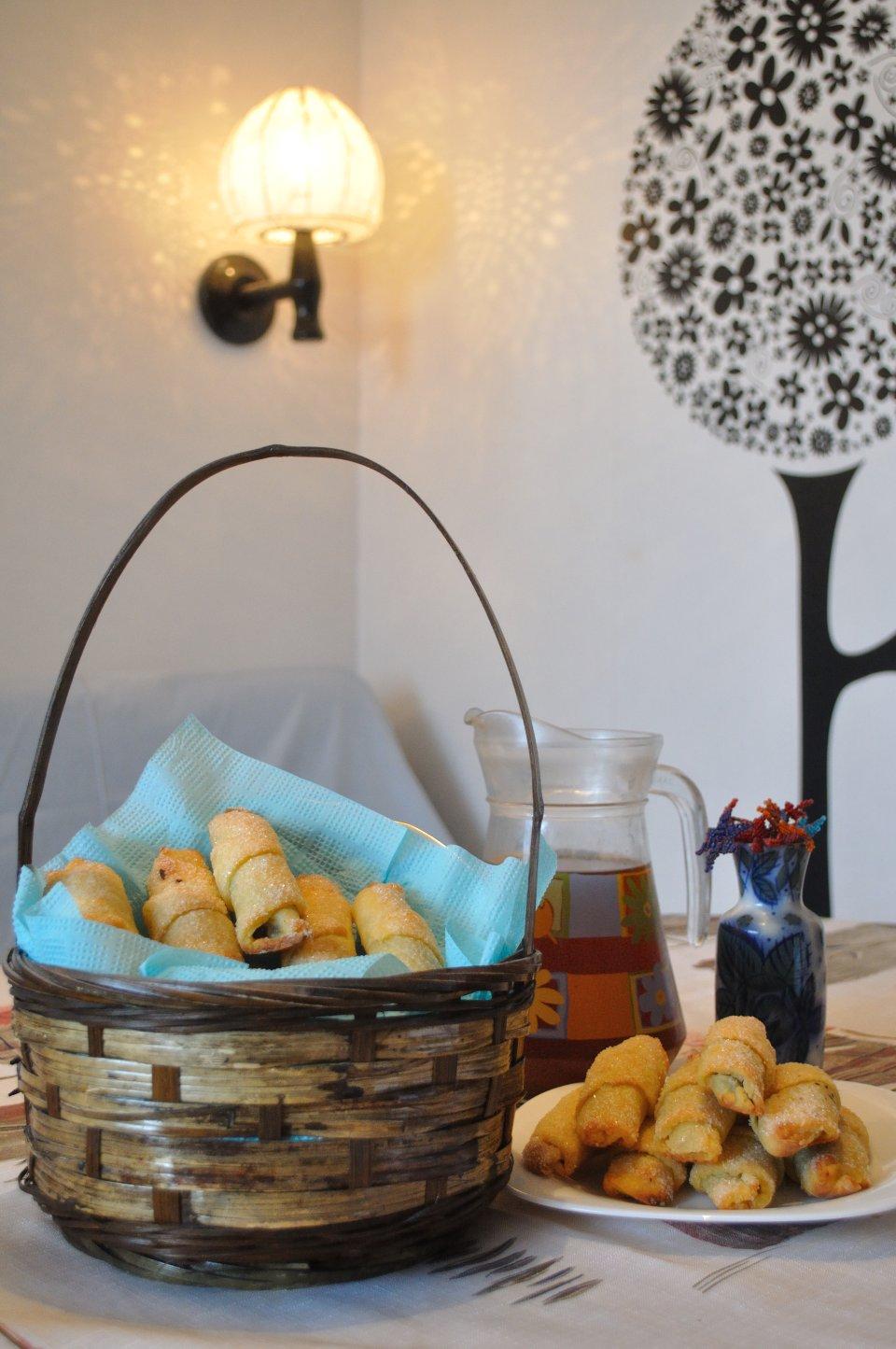 Творожные рогалики с шоколадом и сухофруктами