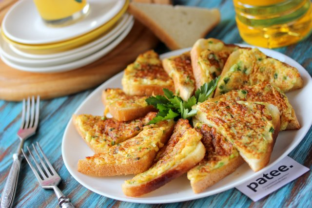 Жареные бутерброды с брынзой и зелёным луком