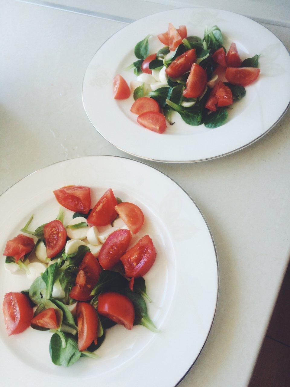 """""""Капрезе"""" Нежный вегетарианский салат с кусочками помидор и моцарелой"""
