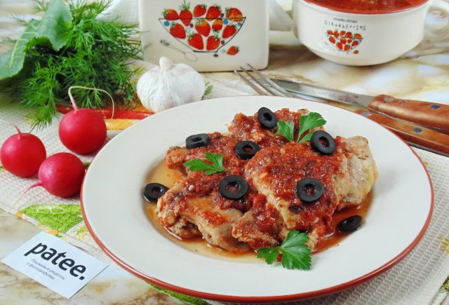 Курица в вине с помидорами и маслинами