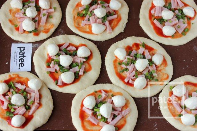 Пиццетты с ветчиной и моцареллой