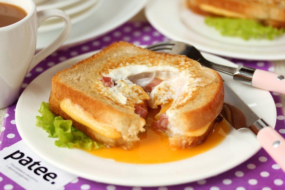 Бутерброды с яйцом и колбасой на сковороде