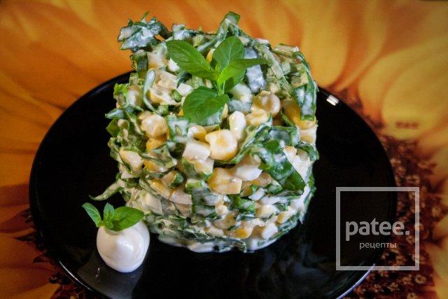 Весенний салат с щавелем и шпинатом