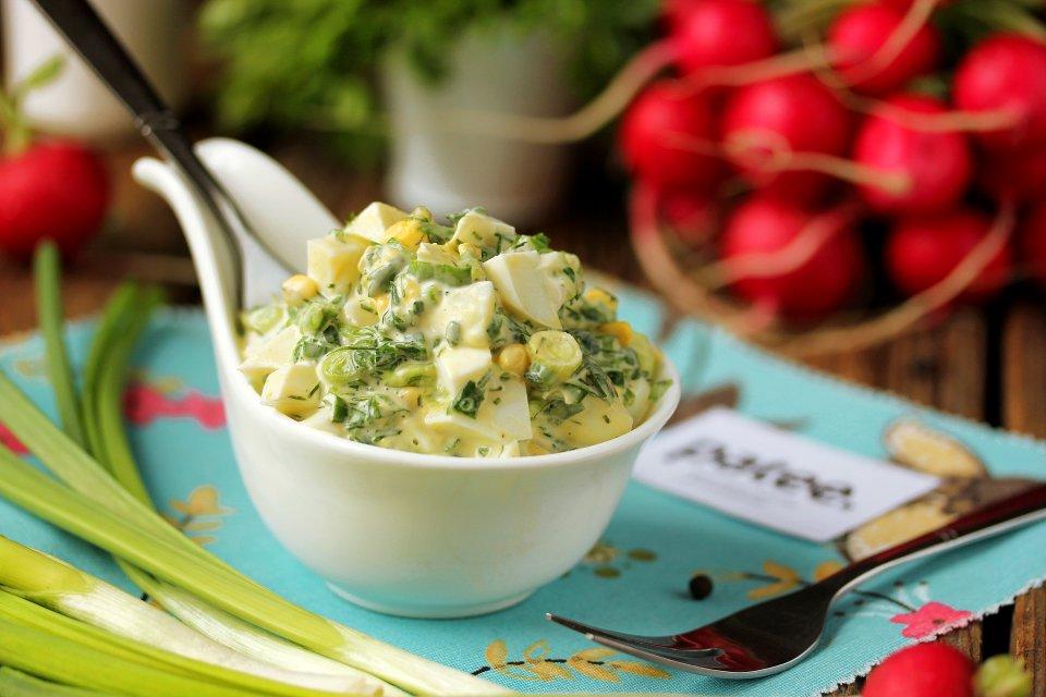 Салат из зелёного лука с яйцом