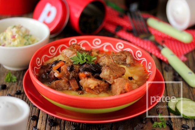Мясо, тушеное с черносливом и барбарисом