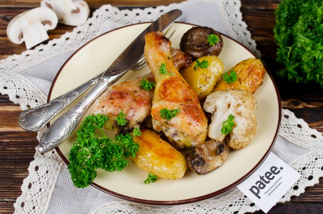 Запеченная курица с молодым картофелем, цветной капустой и грибами
