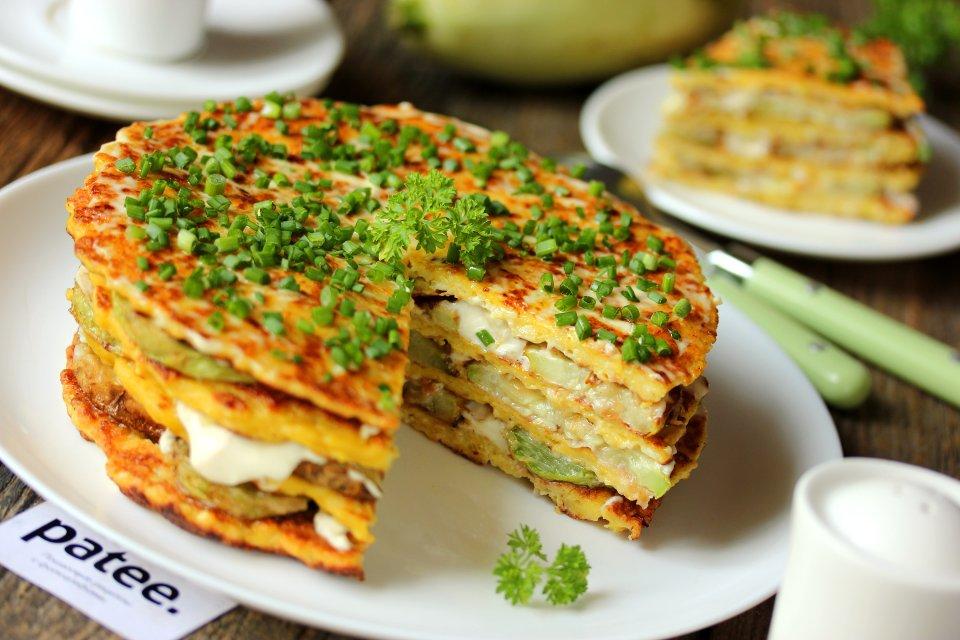 Закусочный торт из кабачков с омлетом