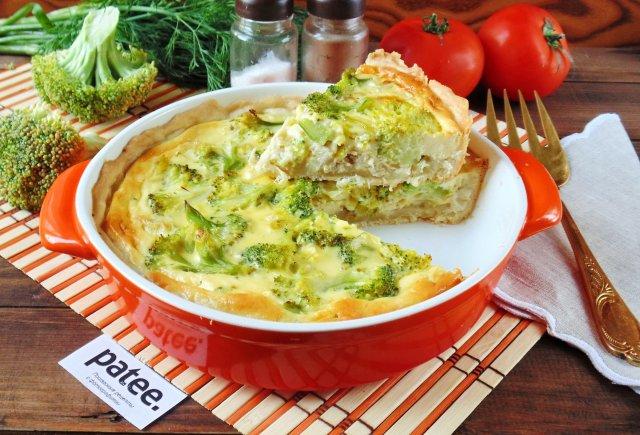 Закусочный пирог с брокколи, курицей и луком-пореем
