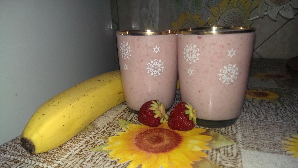 Клубнично-банановый коктейль