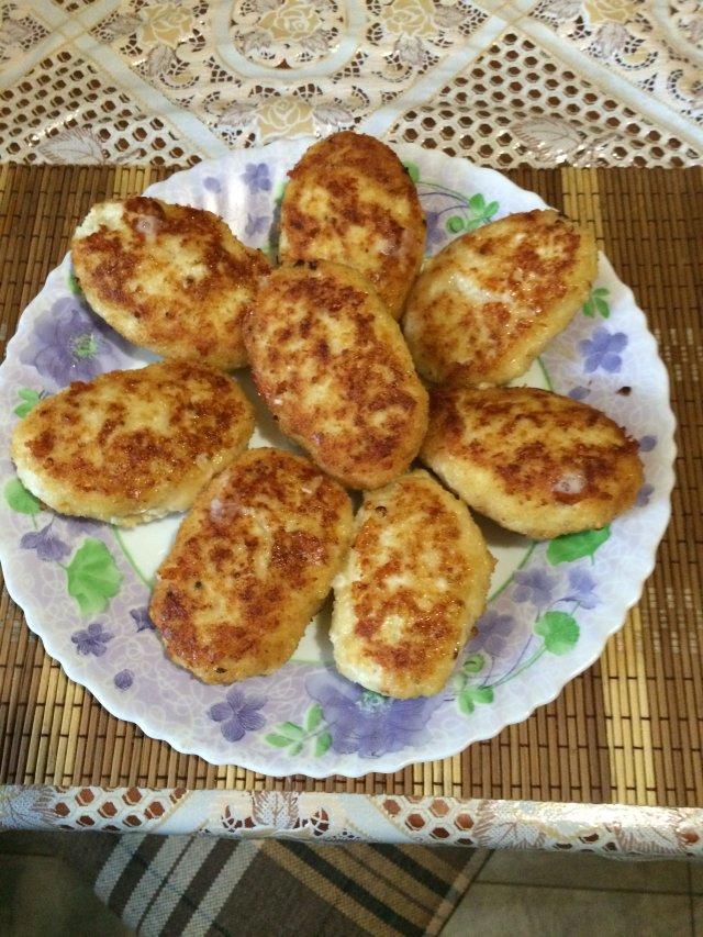 Катлеты из куриной грудки с сыром и майонезом.
