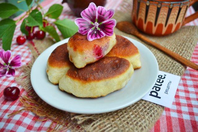 Печеные пирожки с вишней фото рецепт