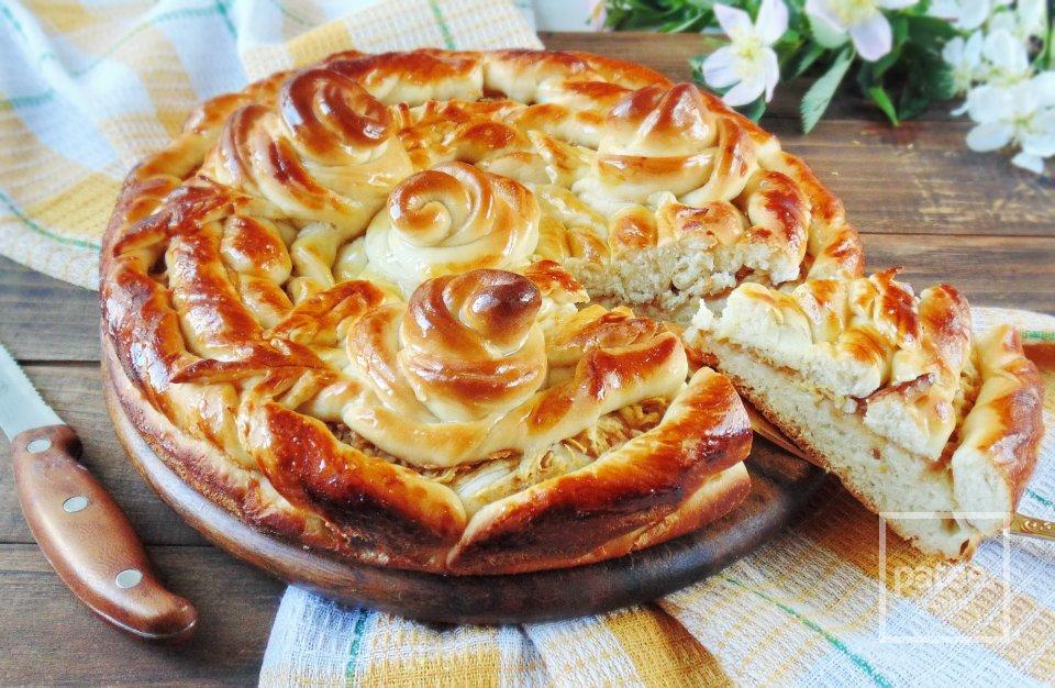 Сдобный пирог с яблоками и розами из теста