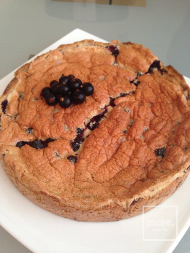 Пирог со смородиной на творожном корже.
