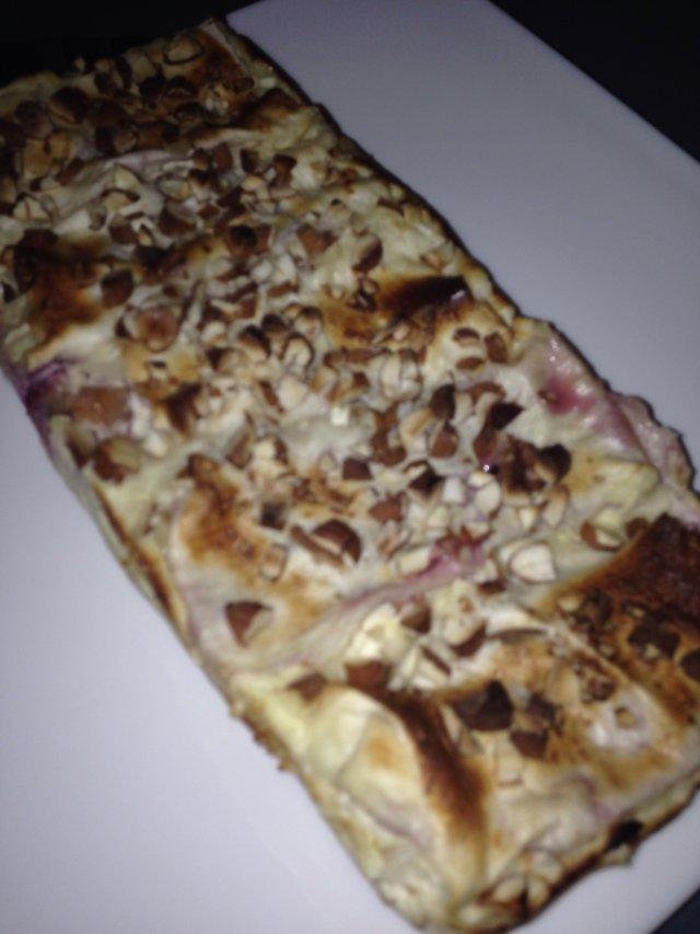 Пирог из лаваша со сливами и орешками
