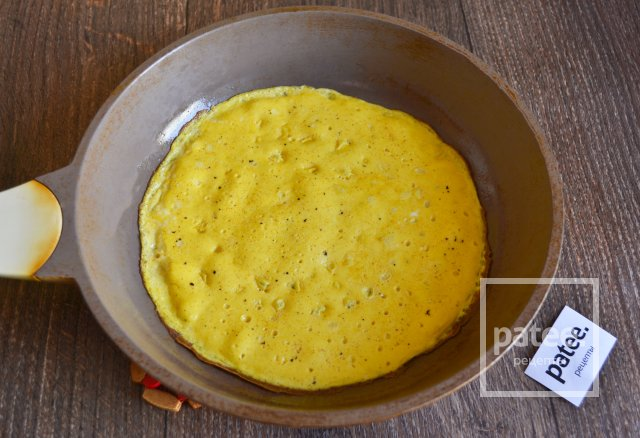 Рулет из омлета со сливочным сыром