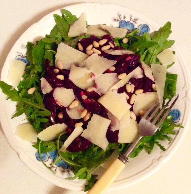 Салат со свеклой и рукколой и пармезаном.