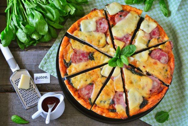 Пицца со шпинатом, ветчиной и моцареллой