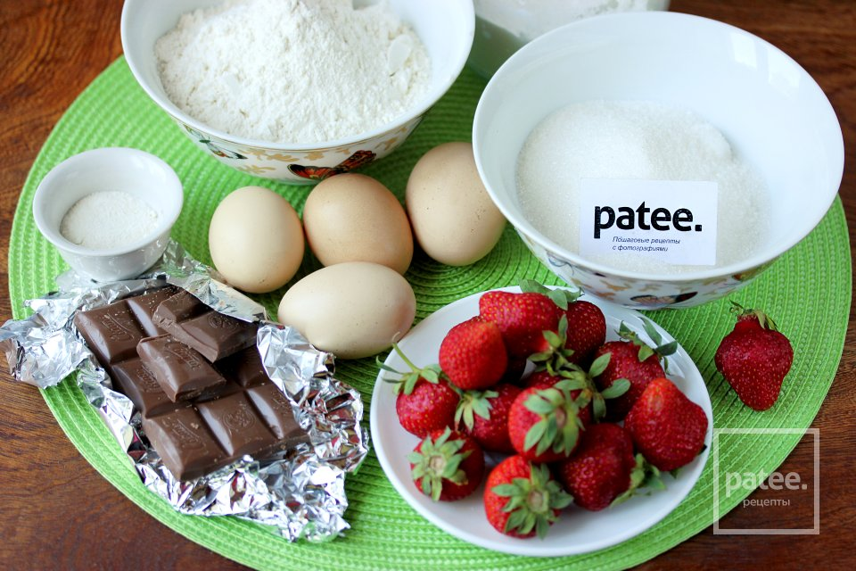 Бисквитный пирог с клубникой и шоколадом в мультиварке