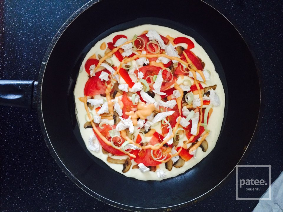 Пицца с курицей на сковородке
