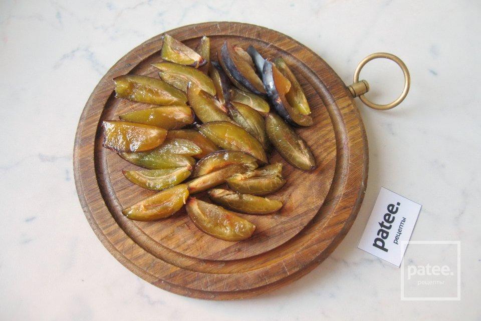 Сырники со сливами в карамели