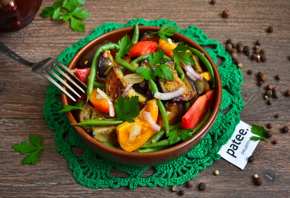 Теплый салат с баклажанами и спаржевой фасолью