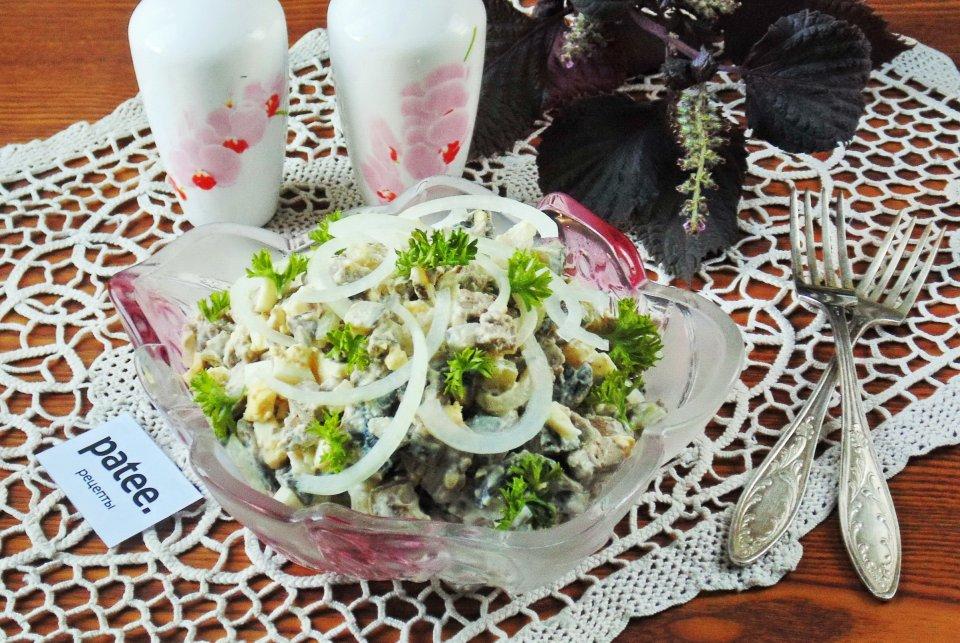 Салат из куриной печени с грибами и маринованным луком