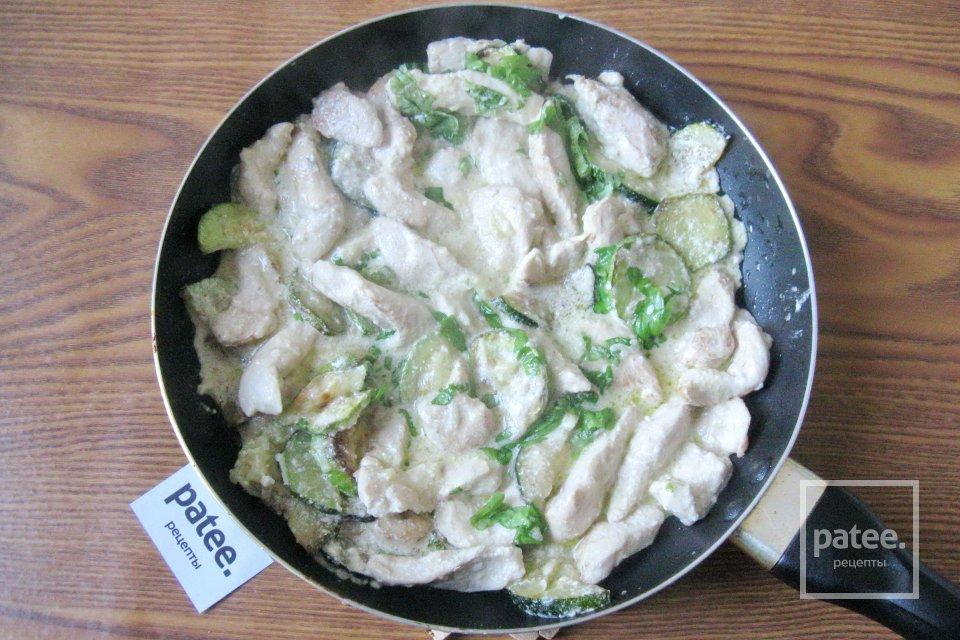 Куриное филе с кабачками, цуккини и базиликом