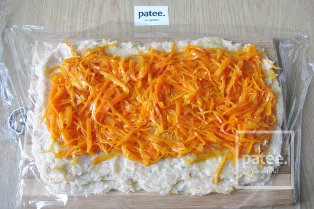 Куриный рулет с морковью и сыром на пару
