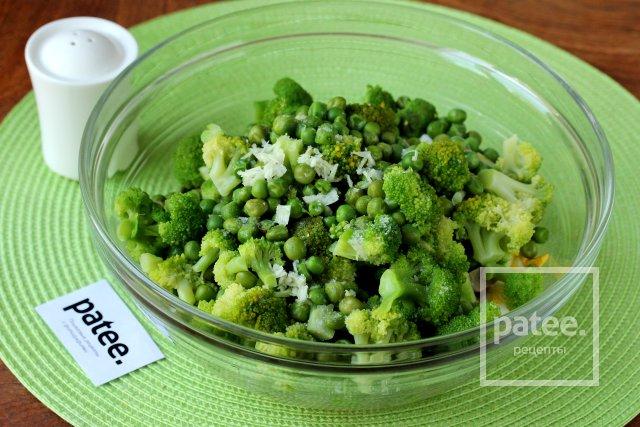 Салат из брокколи с крабовыми палочками и грибами
