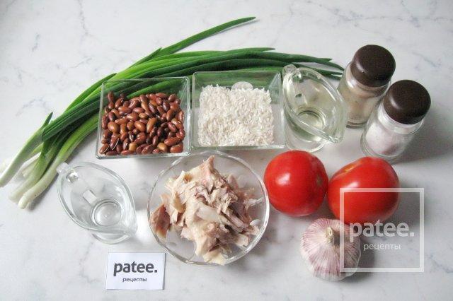 Салат с фасолью, курицей и помидорами