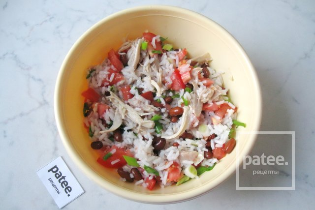салат с фасолью и курицей помидорами
