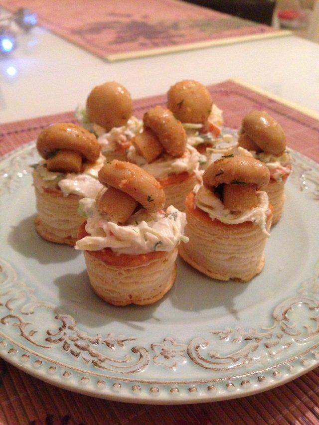 Тарталетки с крабовым салатом и маринованными шампиньонами🍄