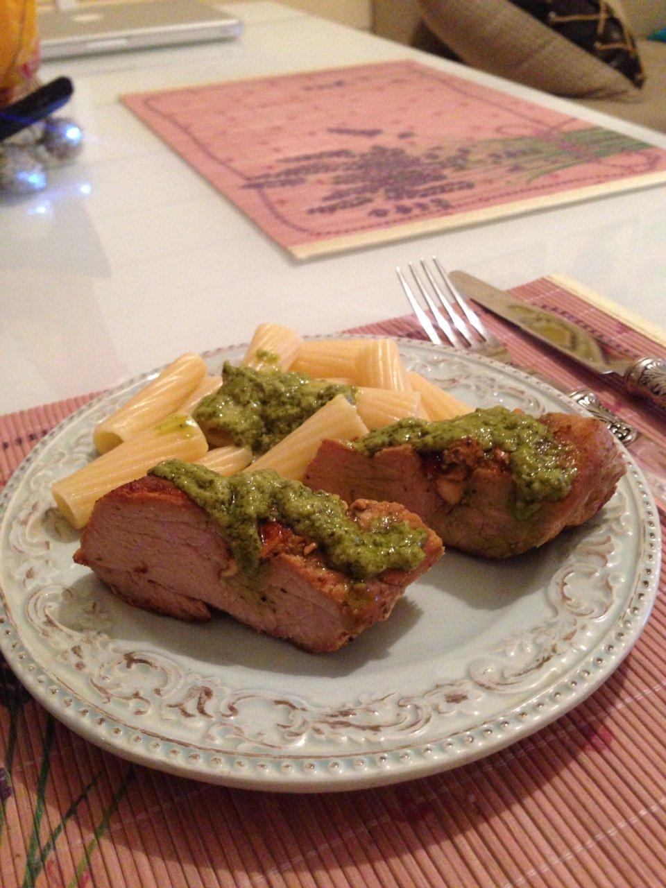 Свиная вырезка с копченым сыром под соусом песто 🐷