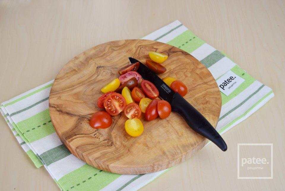 Брускетта с моцареллой и помидорами черри
