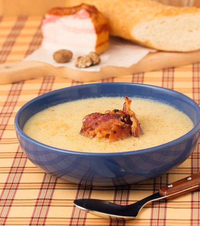 Крем -суп с беконом и грибами .
